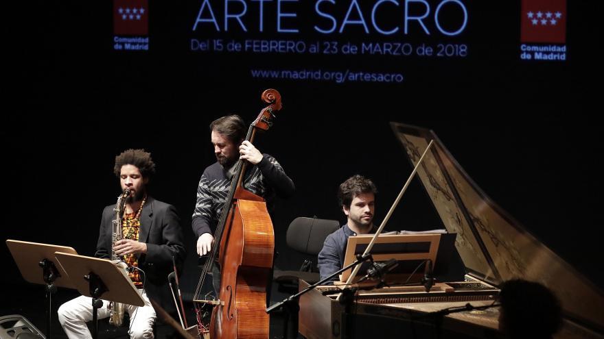 Trío de músicos tocando instrumentos en la presentación del XVIII Edición del Festival de Arte Sacro