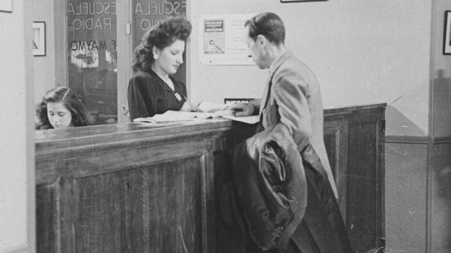 Fotografía antigua recepción de una radio
