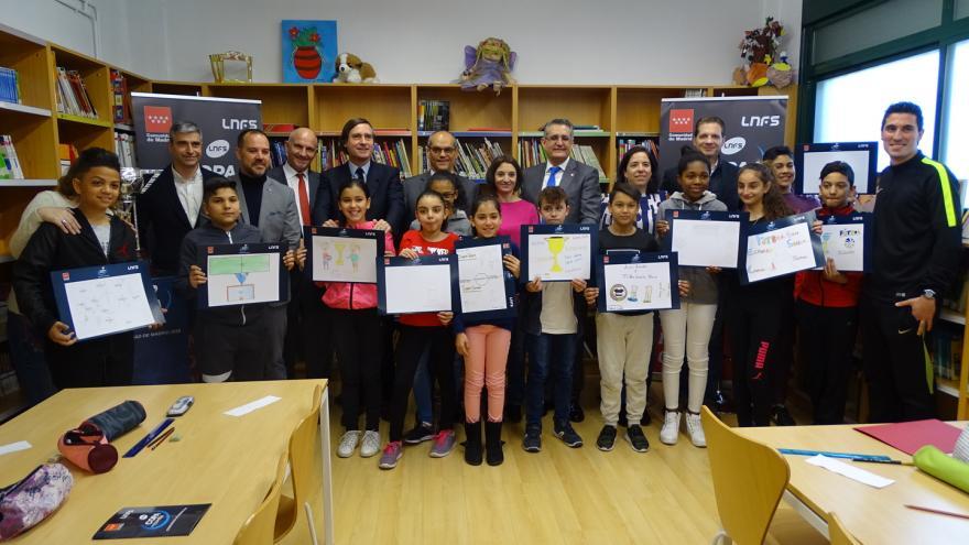 Van Grieken visita el colegio San Roque en el que los alumnos participan en este novedoso certamen de pintura contra el acoso escolar