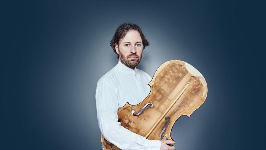 Retrato de músico con su instrumento