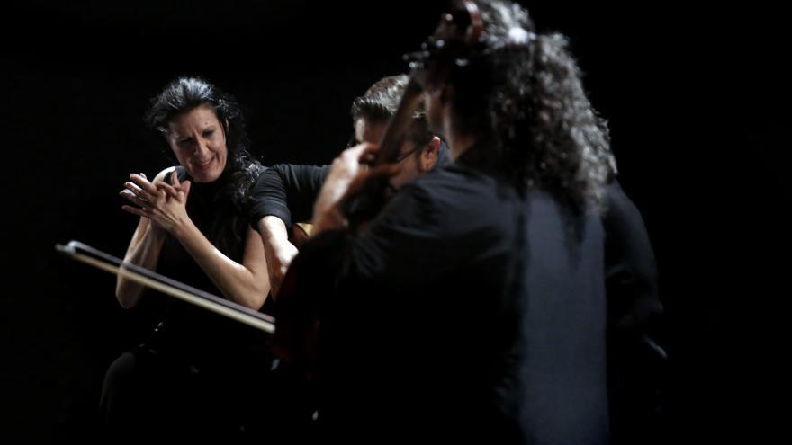 Fotografía de la artista en el escenario y sus músicos