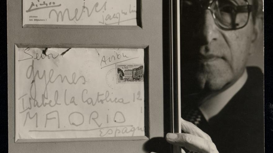 Juan Gyenes. Autorretrato con una postal dedicada por Picasso. Estudio fotográfico de la calle Isabel la Católica, 1979. Fundación Picasso. Museo Casa Natal