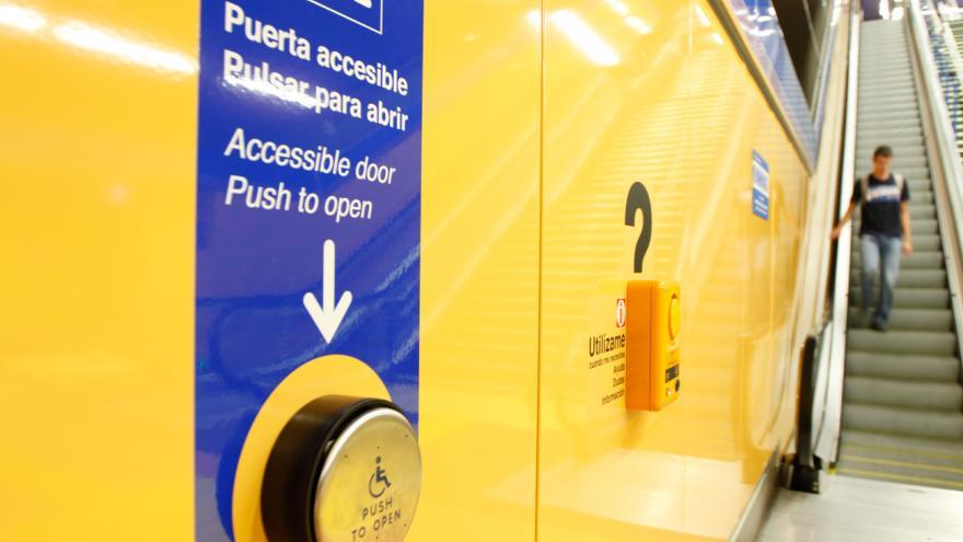 Botón de puerta accesible de estación de Metro