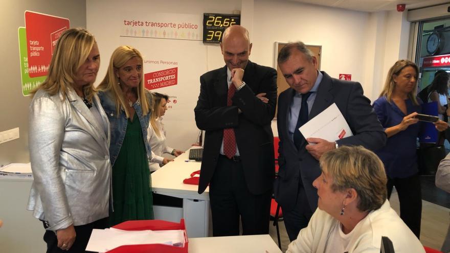 La consejera de Transportes, Rosalía Gonzalo, visita la nueva oficina de gestión que el Consorcio Regional abre en Collado Villalba