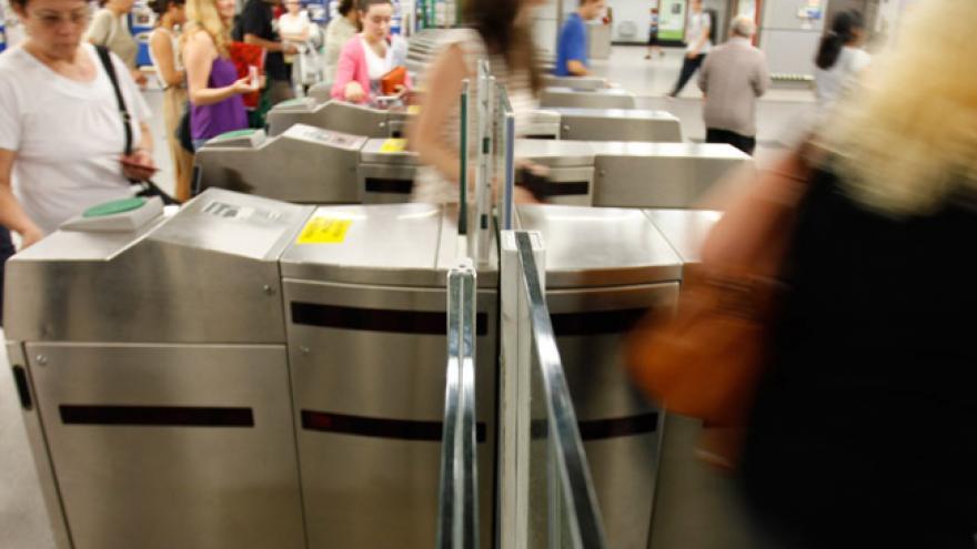 Imagen de gente pasando por las validadoras de un intercambiador