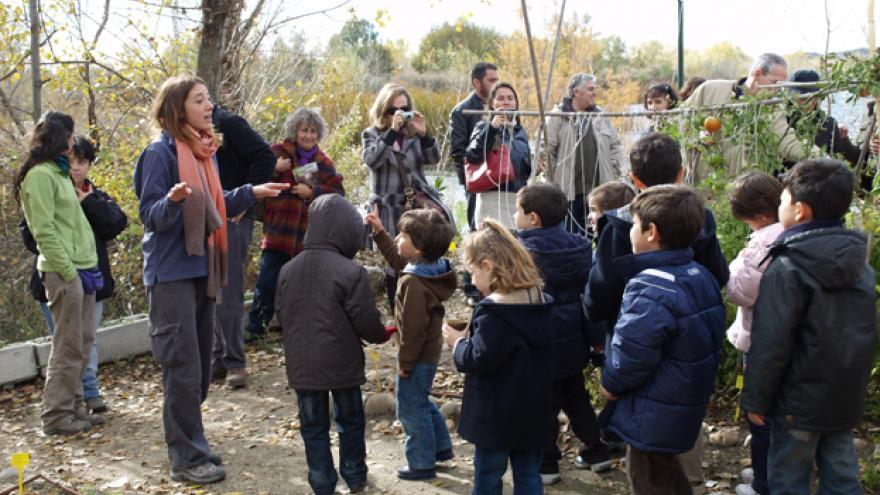Actividad en el huerto del caracol organizada por el Centro El Campillo
