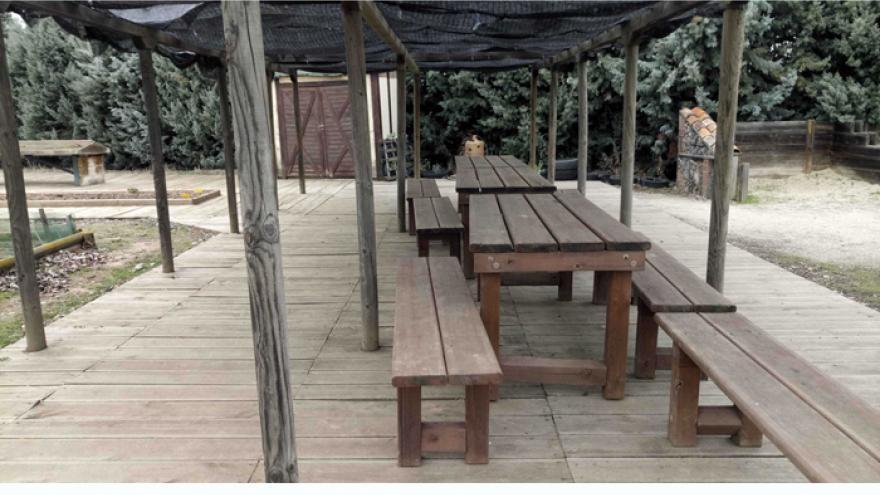 Accesos, bancos y suelo de madera del Huerto didáctico del Centro de educación ambiental Caserio de Henares