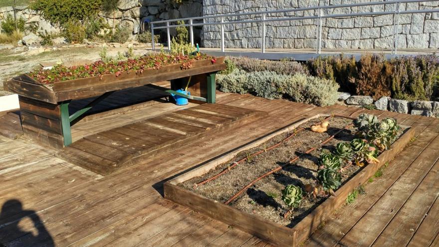 Mesas de trabajo en el huerto del Centro de educación ambiental El Águila