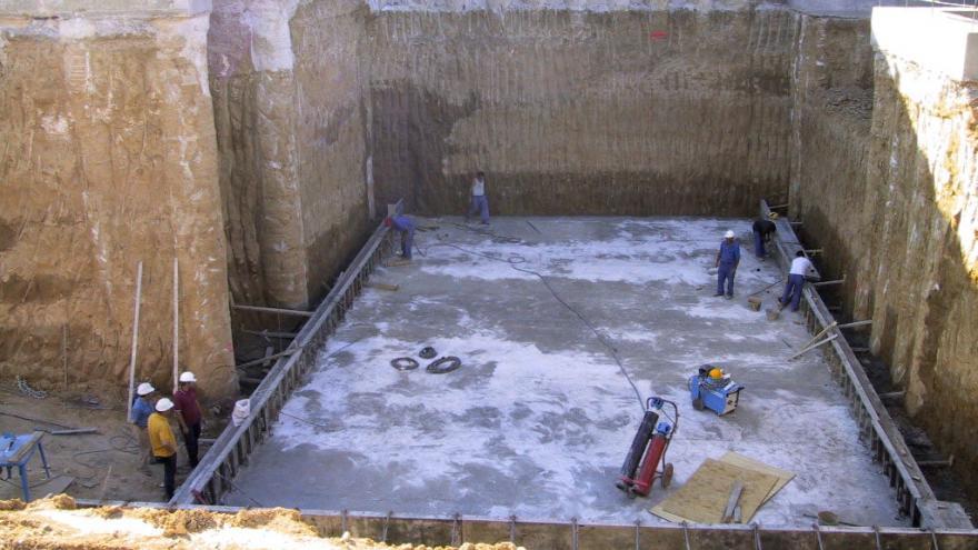 Se observa el recinto de excavación delimitado por los pilotes