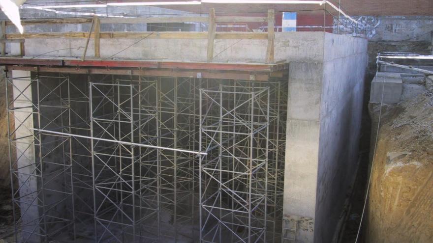 Estructura de hormigón con forma de cajón sostenida por la cimbra y andamios