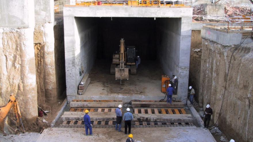 Estructura de hormigón con forma de cajón, en el interior maquinaria