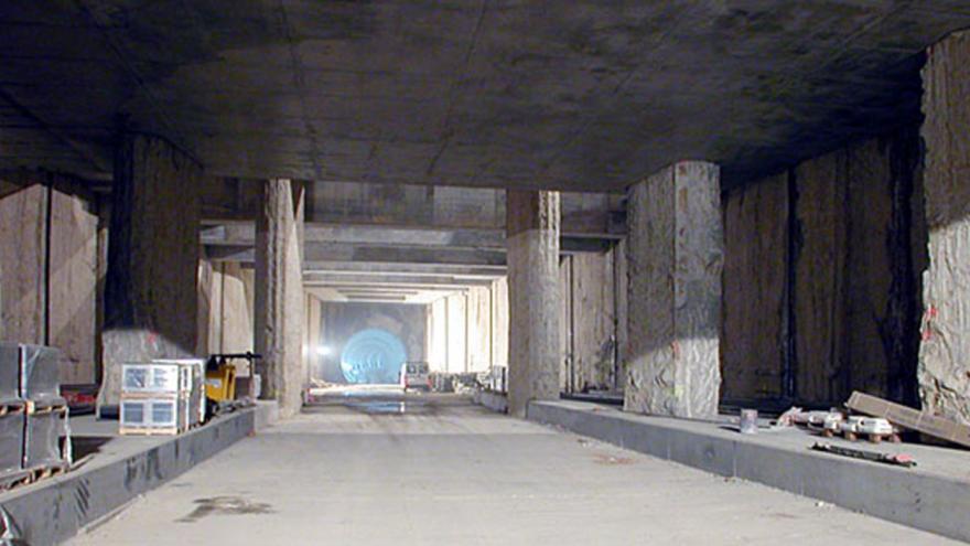 Estación Universidad Rey Juan Carlos. En los laterales los accesos a las cocheras, al fondo el túnel que la conecta con Parque Oeste