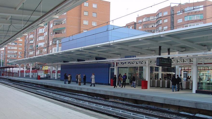 Estación de Móstoles Central con paneles trespa azul