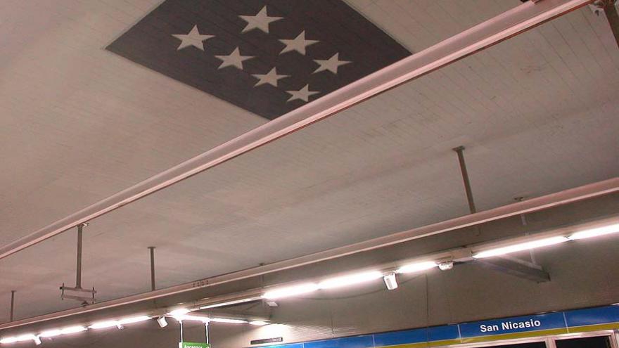 Detalle escudo Comunidad de Madrid en techo estación San Nicasio