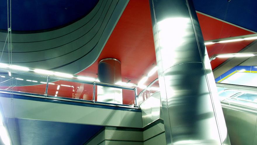 Estación Pradillo. Vista de las columnas de acero y los techos de color azul intenso y rojo