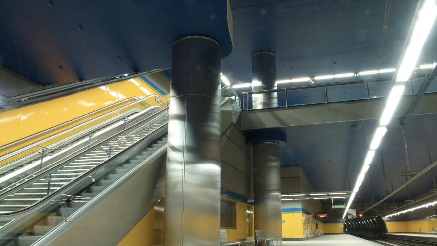 Vista de los andenes y escaleras de la Estación Arroyo Culebro. Al fondo el túnel