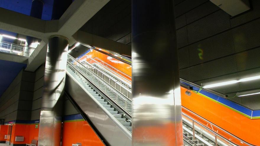 Vista de las escaleras fijas y mecánicas de bajada/subida a andén y de las columnas de acero