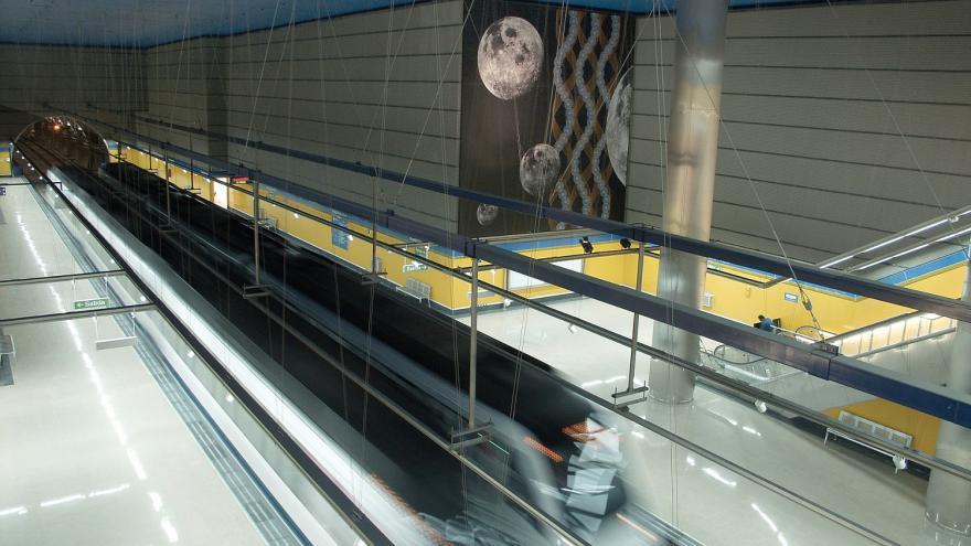Vista de la estación desde el nivel superior. Andenes, mural, vitrex amarillo