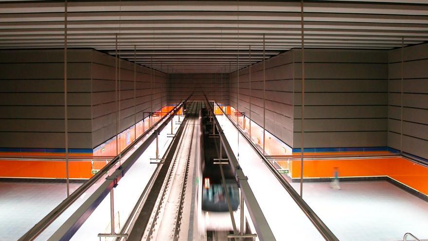 Vista de la estación desde el nivel superior. Andenes, luminarias, catenaria, vitrex amarillo