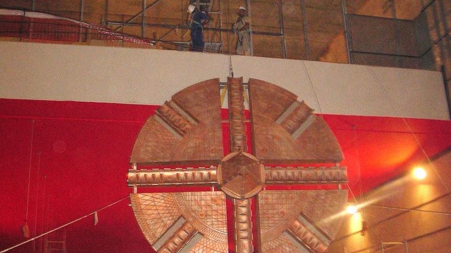 """Proceso de izado del mural """"Alegoría de una tuneladora"""" en Móstoles Central"""