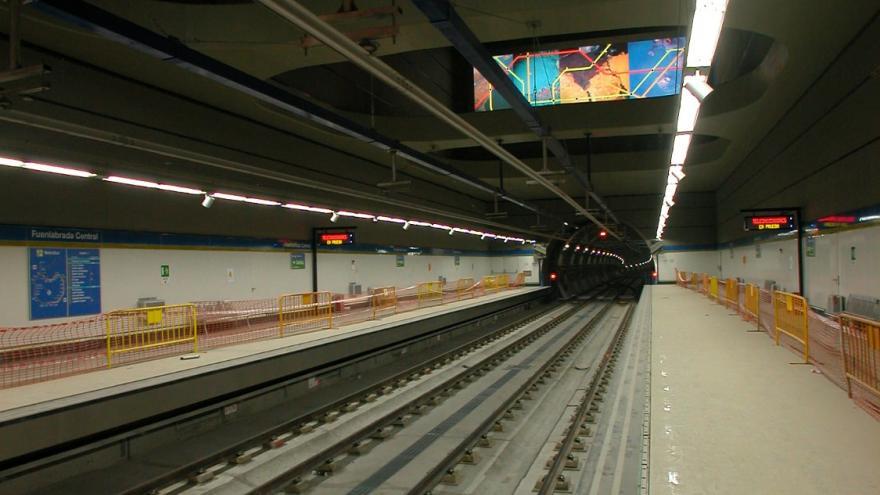 Vista desde el andén, se aprecia el mural por encima de las vías