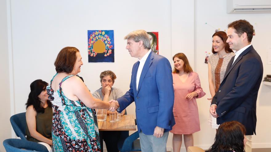 Ángel Garrido saluda a personal y pacientes de la nueva residencia