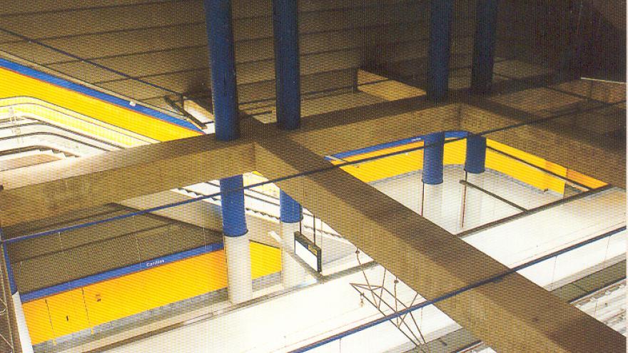 Vista desde el vestíbulo de la estación de Canillas. Andenes, escaleras fijas y mecánicas, catenaria, vías