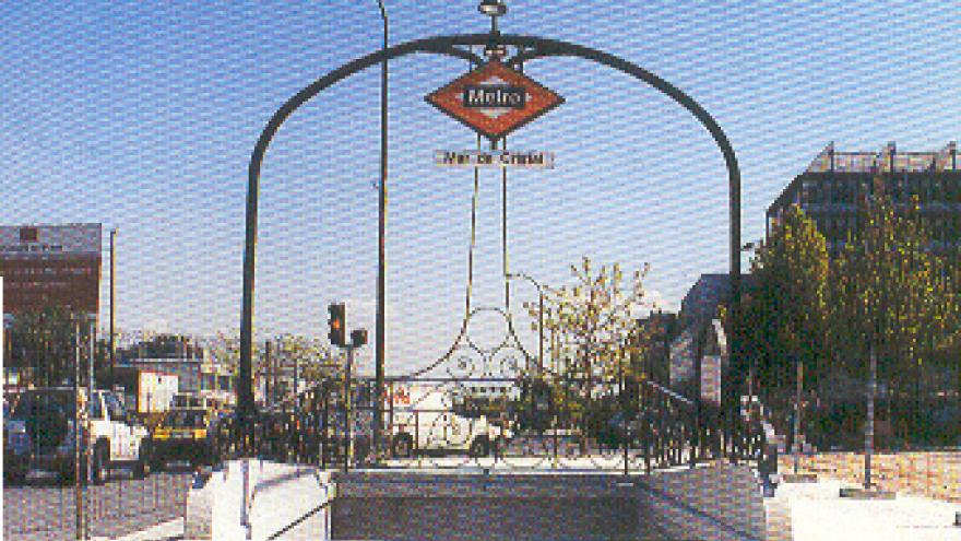 Boca de acceso a la estación Mar de Cristal