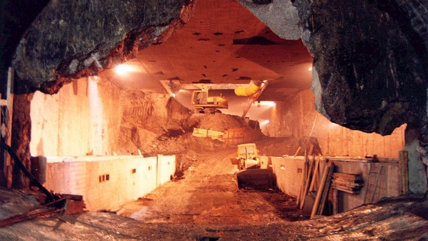 Estación ejecutada en caverna, Excavadora trabajando