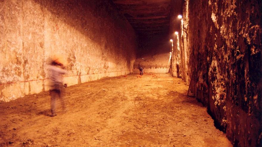 Túnel ejecutado entre pantallas iluminado
