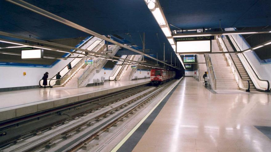 Andenes Intercambiador Sierra de Guadalupe con un tren entrando en la estación