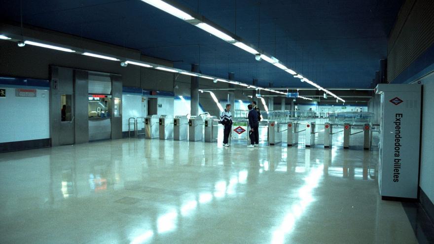 Vestíbulo del Intercambiador Sierra de Guadalupe con los torniquetes al fondo y máquina expendedora de títulos de transporte