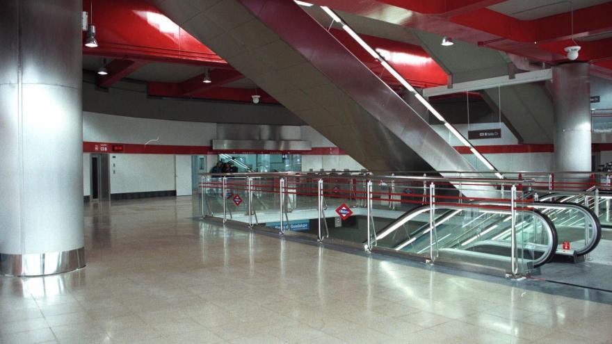 Vestíbulo Intercambiador Sierra de Guadalupe, en el centro el cuerpo de escaleras mecánicas y fijas