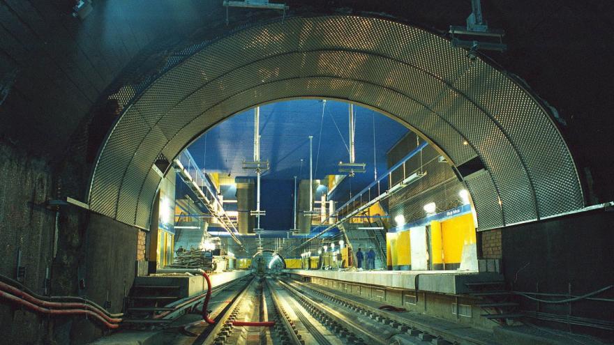 Vista de la estación Villa de Vallecas desde el túnel, obreros trabajando