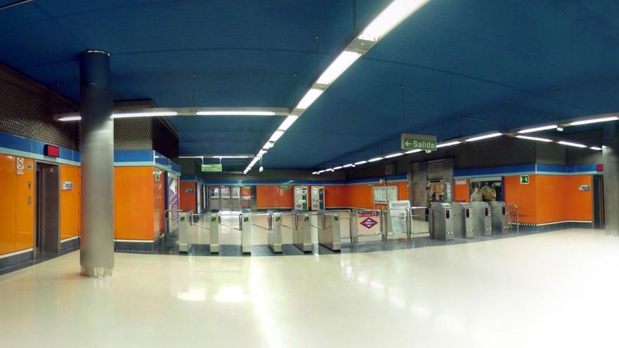 Vestíbulo de la estación Congosto, en el centro los torniquetes, a la izquierda el ascensor