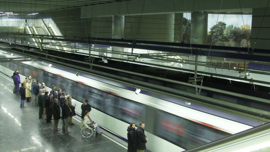 Tren circulando en la estación Puerta del Sur