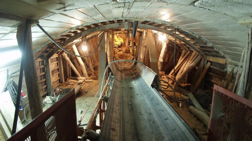 Túnel al fondo obreros trabajando