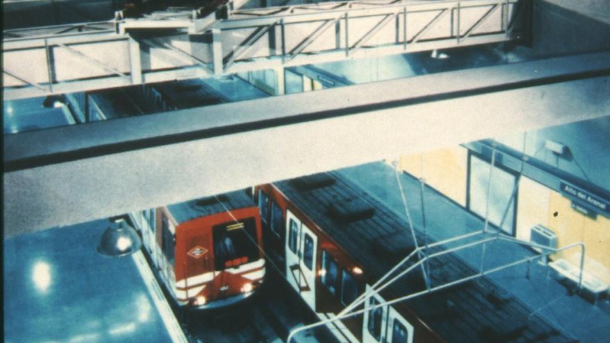Vista de andenes y vagón antiguo suspendido sobre las vías en la Estación Alto del Arenal