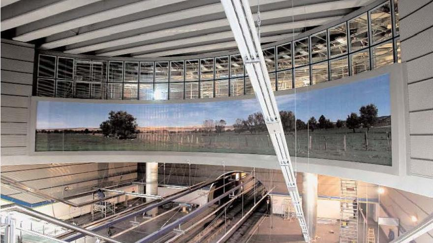 Vista de la estación Puerta del Sur con el mural al fondo