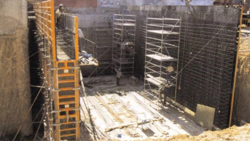 Obreros trabajando en el encofrado de los hastiales de hormigón armado del cajón