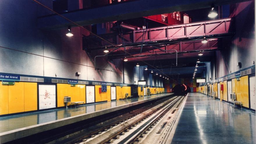 Andén y vagón suspendido sobre las vías de la estación Alto del Arenal
