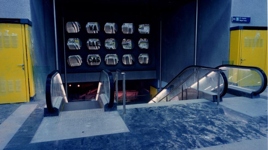 Mural consistente en espejos sobre las escaleras mecánicas y fijas de la estación Alto del Arenal