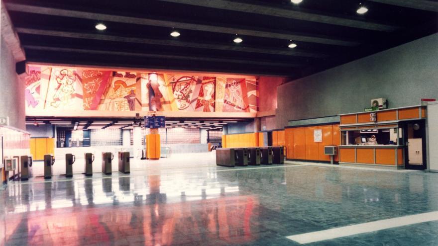 Vestíbulo estación Miguel Hernández con torniquetes, máquinas expendedoras, PCL
