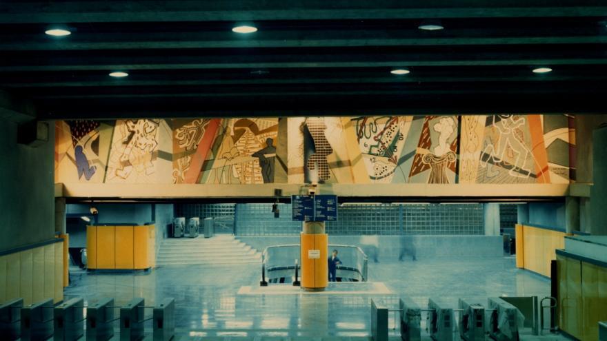 Vestíbulo estación Miguel Hernández con un gran mural