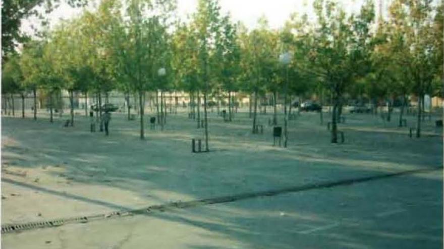 Explanada de aparcamiento con árboles