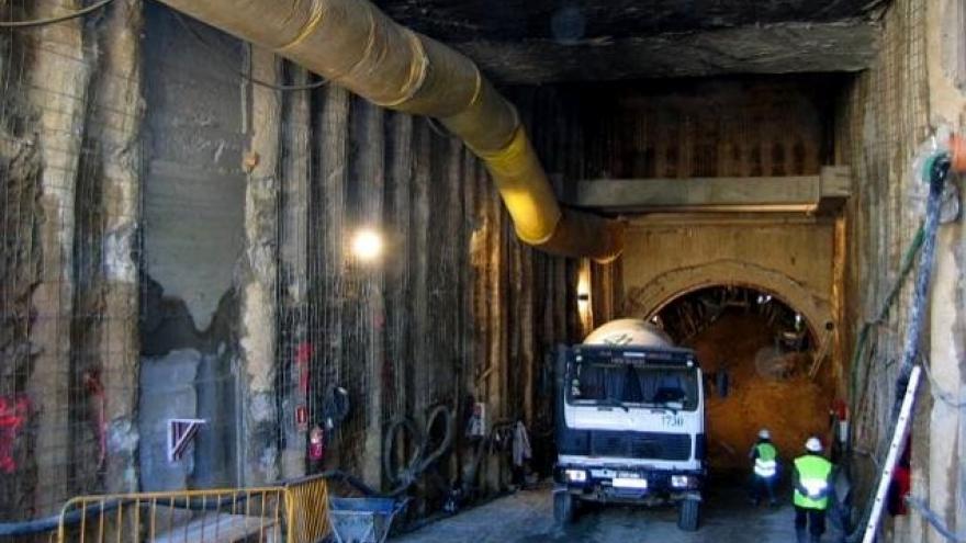 Túnel método tradicional de Madrid con camión en su interior