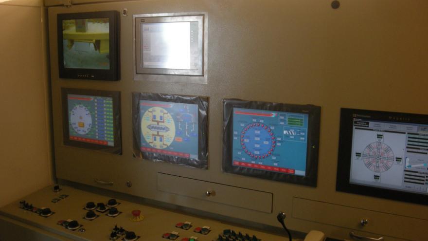 Interior de la cabina de pilotaje de una tuneladora