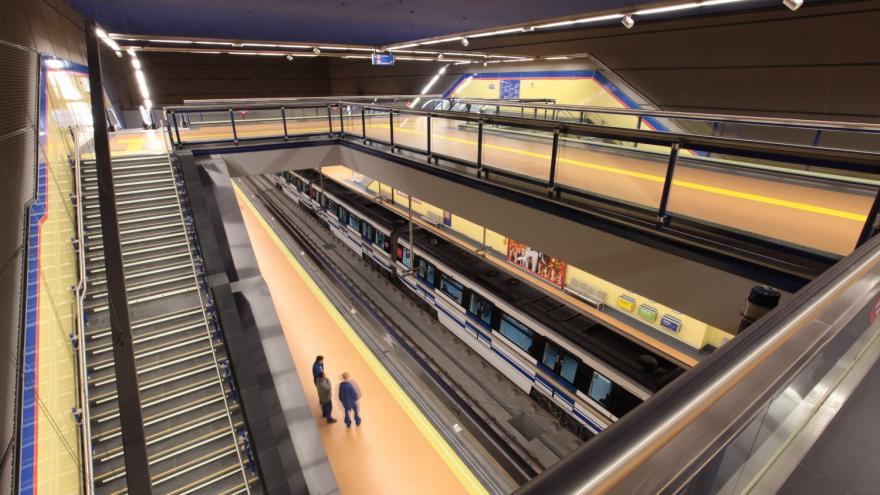 Escaleras vestíbulo-andén estación La Almudena