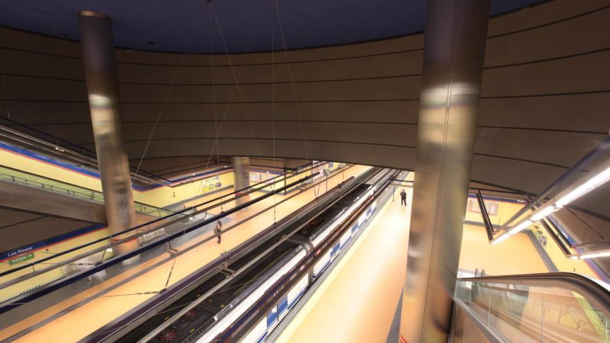 Vista desde el vestíbulo hacia el andén estación Las Rosas