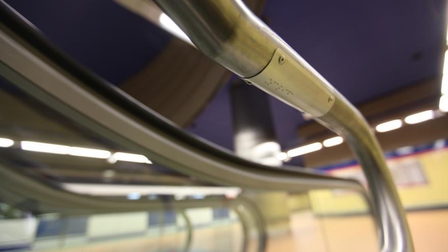 Detalle barandilla escalera mecánica